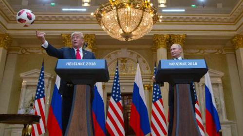 Donald Trump ném ngay quả bóng cho vợ mình, Melania Trump, ngay sau khi nhận nó từ tay tổng thống Nga. Ảnh: