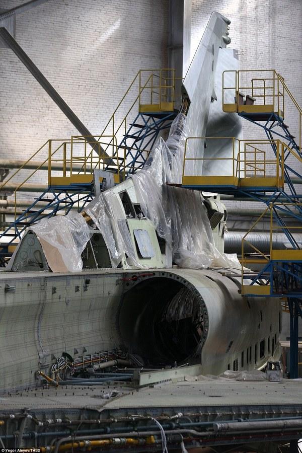 Bên trong nhà máy sản xuất oanh tạc cơ tối tân của Nga