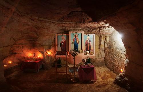 Nhà nguyện có sức chứa tới 60 ngườidưới hang. Ảnh: Alexei Gurevich/Sputnik News.